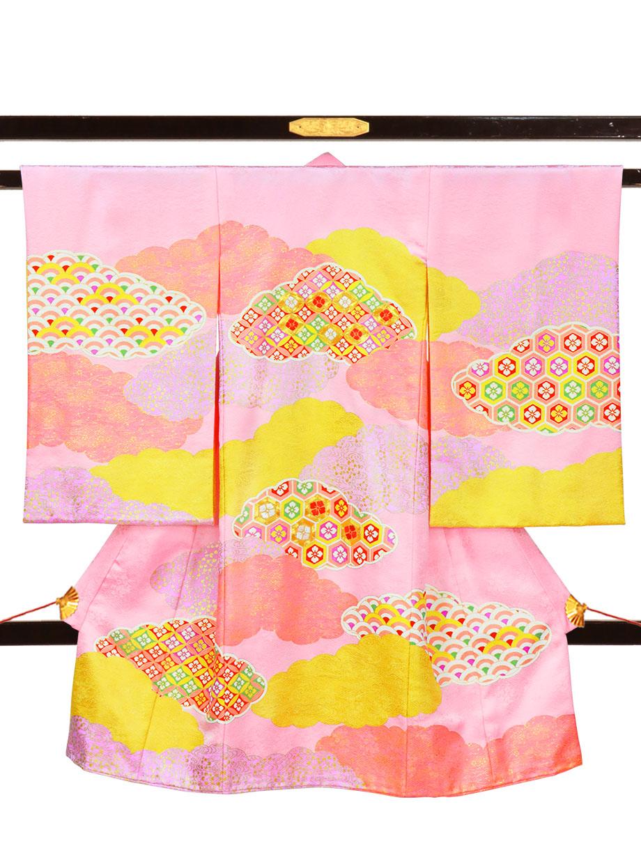 ピンク地に雲取りと亀甲花菱文の祝い着(産着)/女児