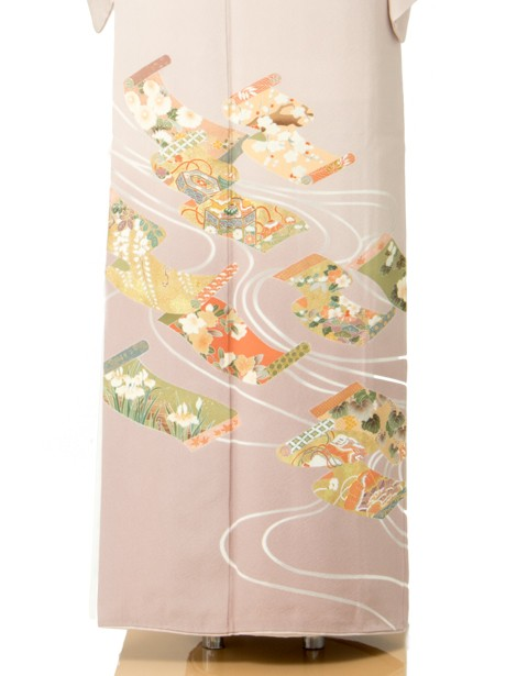 巻絹(まきぎぬ)文様に流線の色留袖