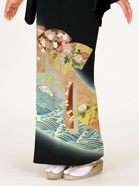 地紙に菊と松に波の黒留袖