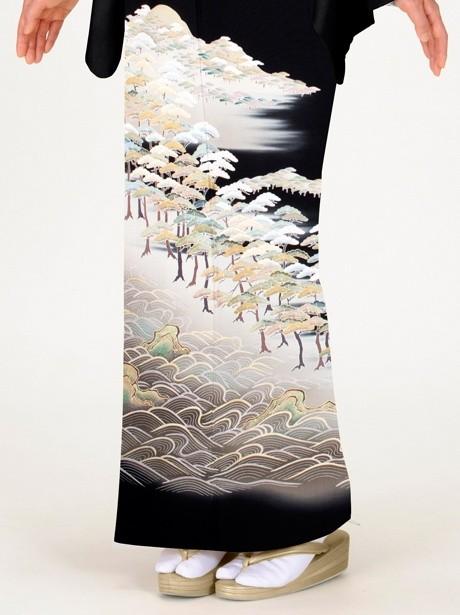 波紋に松並木の黒留袖
